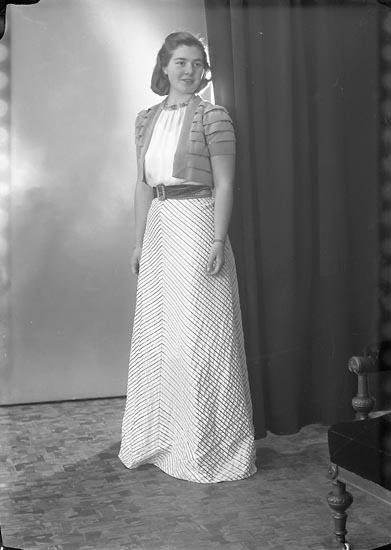 """Enligt fotografens journal nr 7 1944-1950: """"Sandberg, Fr. Kerstin Mjölnareg. 1 Gbg""""."""