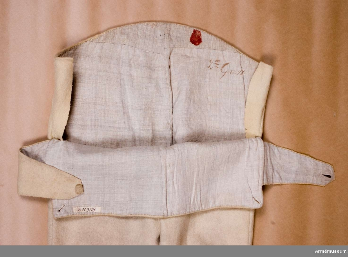 Grupp C I. Ur uniform för manskap vid Kungliga Andra livgardet, Göta livgarde, 1816-33. Vita.