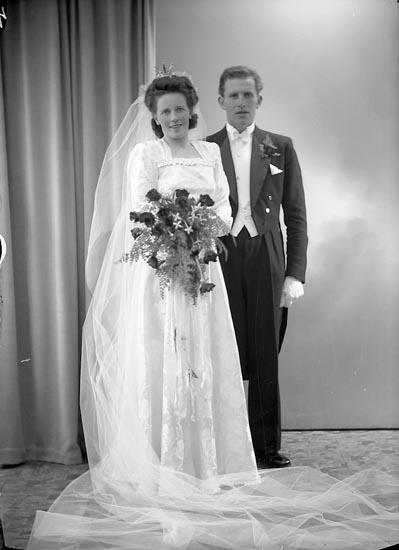 """Enligt fotografens journal nr 7 1944-1950: """"Svensson, Brudp. Henning, Dafinseröd Ucklum""""."""