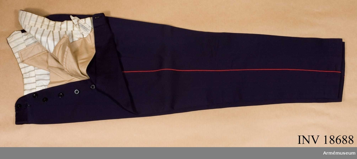 Grupp C I. Ur uniform för underlöjtnant vid Göta livgarde. Består av 18685-18702, rockar, byxor, skjortor, epåletter, axelklaffar, huvudbonader, skor, sabel, m.m. och 20212-3, fodral t mössa och kask. Av diagonal.