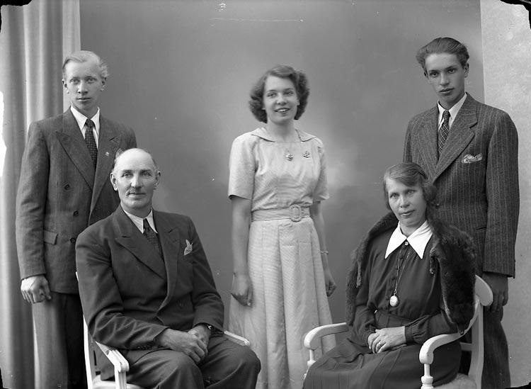 "Enligt fotografens journal nr 7 1944-1950: ""Hansson, Herr Alfred, Turresröd, Kode""."