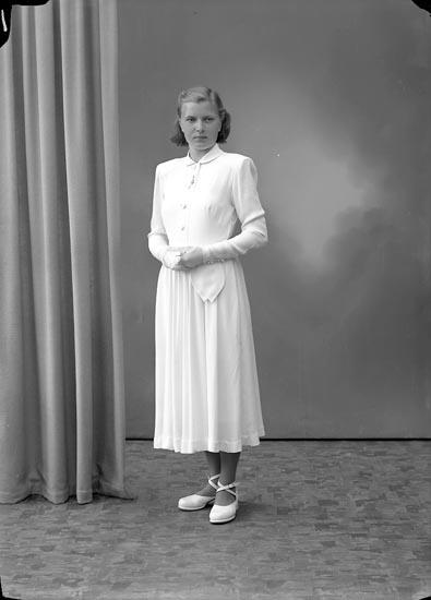 """Enligt fotografens journal nr 7 1944-1950: """"Karlsson, Inga-Britt Hallerna Här""""."""