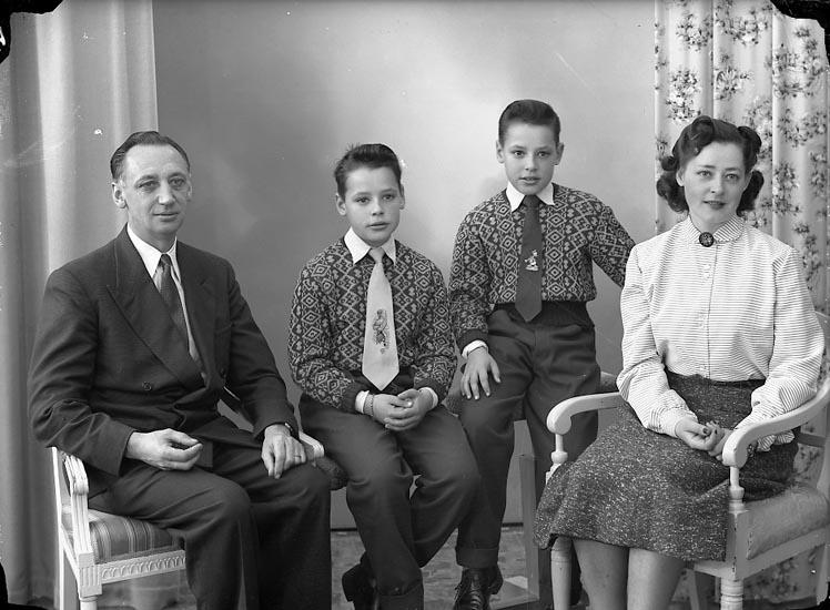 """Enligt fotografens journal nr 8 1951-1957: Schultz, Herr E. Stenungsund""""."""