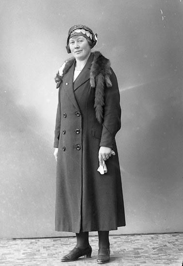 "Enligt fotografens journal nr 6 1930-1943: ""Karlsson, Fr. Dina Haga Kyrkog. 41 2 v Gbg""."