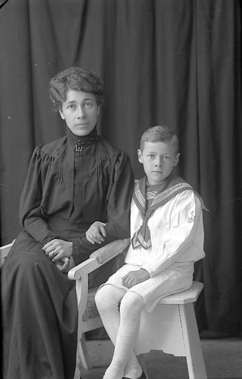 "Enligt fotografens journal Lyckorna 1909-1918: ""Hilmertz, Fru Lyckorna""."