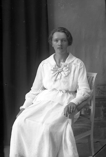 """Enligt fotografens journal Lyckorna 1909-1918: """"Sally Hägg Lyckorna""""."""