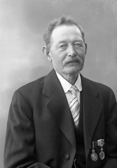 "Enligt fotografens journal nr 6 1930-1943: ""Svensson, Herr Oskar Stenungsund""."