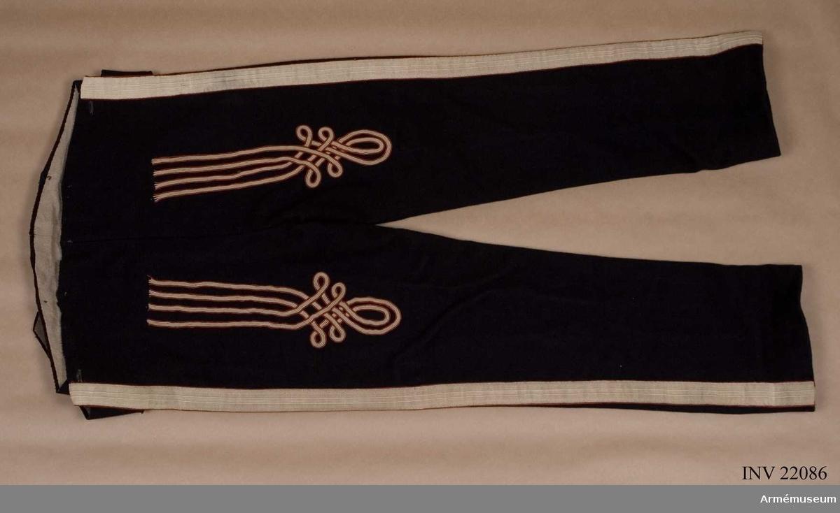 Grupp C I. Klädesbyxor. Ur uniform fastställd 1814, för manskap vid Första och Andra Livgrenadjärreg:a 1816-31. Består av jacka, epåletter, byxor, huvudbonad, tagelliggare, plym, skor, damasker, skärp, patronkök, bandolärrem, axel- gehäng t huggare. Byxor tillverkade av 2 st valltrapper. Med prydnader.