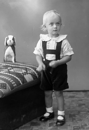 """Enligt fotografens journal nr 6 1930-1943: """"Larsson, Lars-Erik Lundby, Spekeröd""""."""