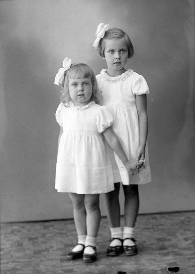 """Enligt fotografens journal nr 6 1930-1943: """"Hansson, Inger o Ulla Torp Här""""."""