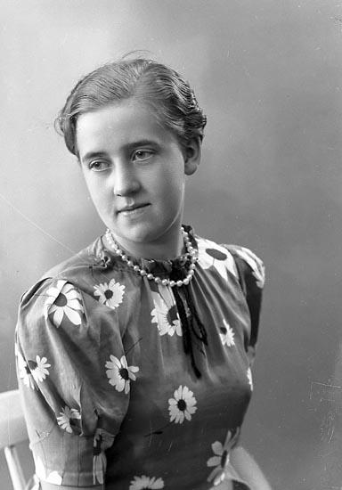 """Enligt fotografens journal nr 6 1930-1943: """"Johansson, Margit Anrås Jörlanda""""."""