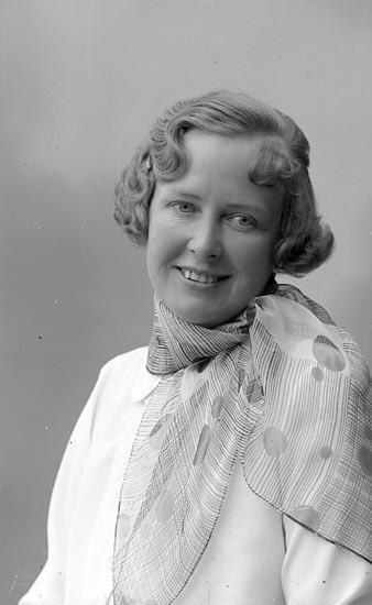 """Enligt fotografens journal nr 6 1930-1943: """"Adlerstråhle, Fru Stockholm""""."""