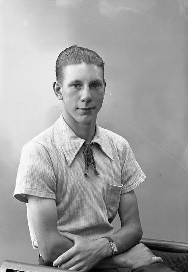 """Enligt fotografens journal nr 6 1930-1943: """"Hermansson, Bertil Möllby, Hjälteby""""."""