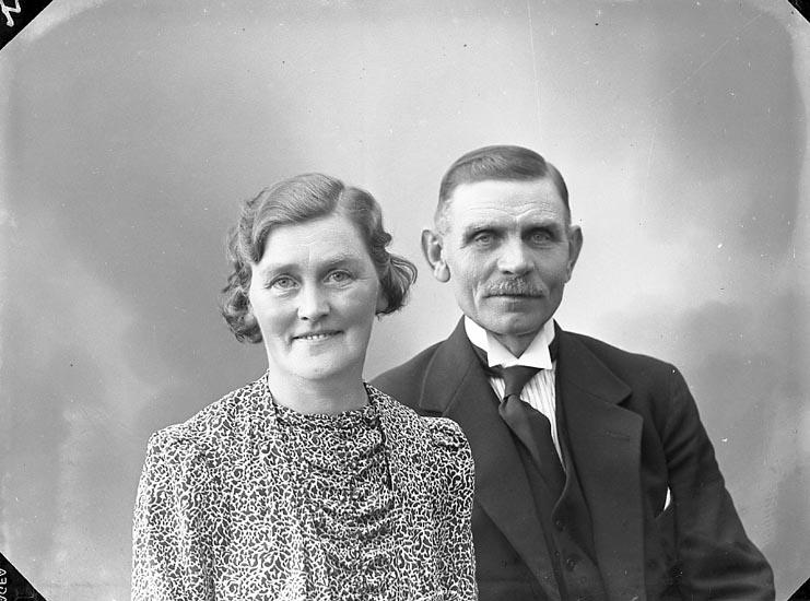 """Enligt fotografens journal nr 6 1930-1943: """"Andersson, Herr Anders Hallerna Stenugnsund""""."""