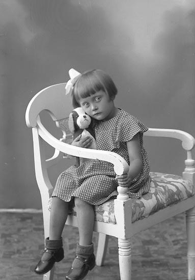 "Enligt fotografens journal nr 6 1930-1943: ""Eriksson, Fru Gunhild Slussen Orust""."