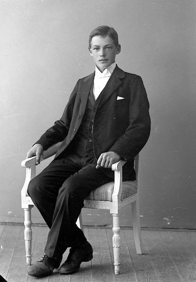 """Enligt fotografens journal nr 4 1918-1922: """"Pettersson, Aste Kyrkenorum Här""""."""