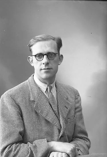 "Enligt fotografens journal nr 7 1944-1950: ""Gustafsson, Herr Gösta Stenungsund""."