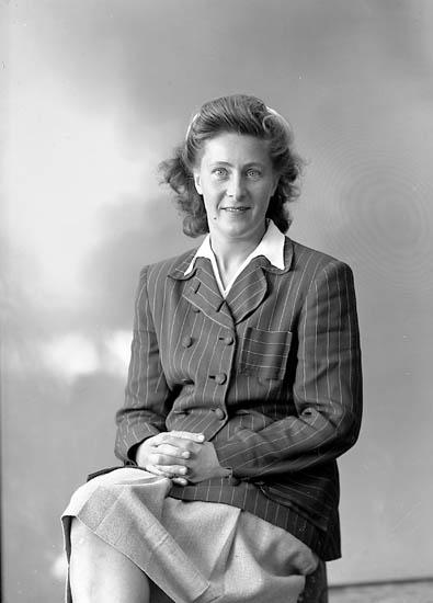 "Enligt fotografens journal nr 7 1944-1950: ""Sandberg, Fru Alma Stenungsund""."