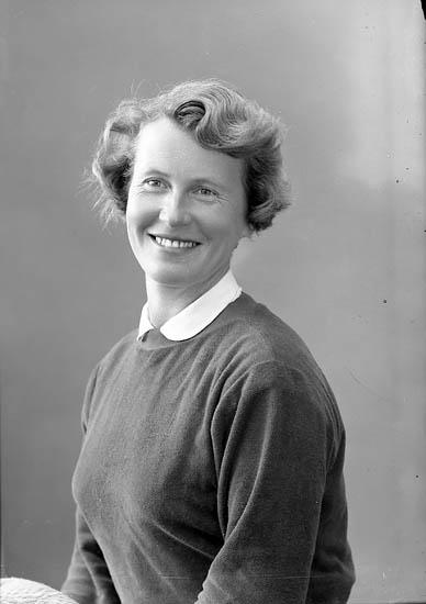 """Enligt fotografens journal nr 8 1951-1957: """"Lundqvist, Fru Märta Stenungsund""""."""