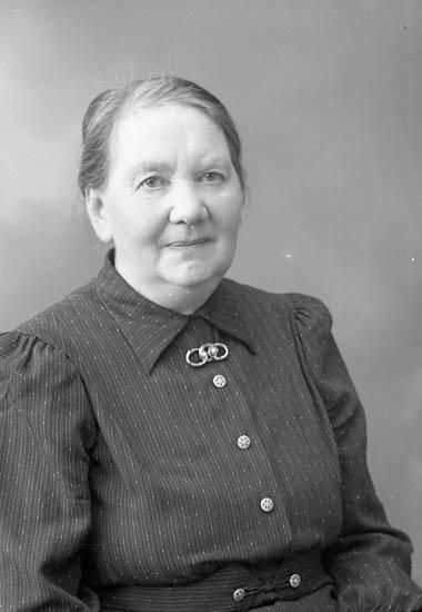 """Enligt fotografens journal nr 6 1930-1943: """"Johansson, Josefina Stenungsund""""."""