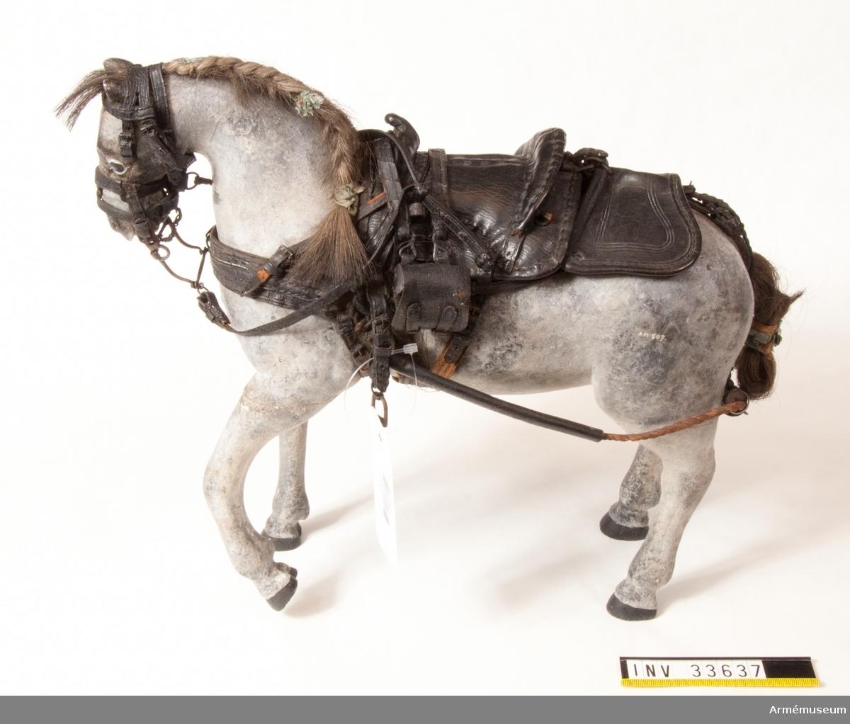"""Grupp K I Skala 1/8. Fullständigt selad och sadlad. Aktionshästar användes endast under själva striden till  pjäsernas förande på slagfältet, under det föreställare med spannhästar fördes bakom stridslinjen. De reds av särskilt indelat manskap kallat """"de beridna"""". """"Hästar, små, med inventionssadel, inlämnade av majoren, sedemera generalfälttygmästaren Anrep, 2 st,´ Inventarium på alla  Gevärs-Sorter, Modeller m.m. som tillhöra General Fält  Tygmästare Contoiret. 18 maj 1780."""""""