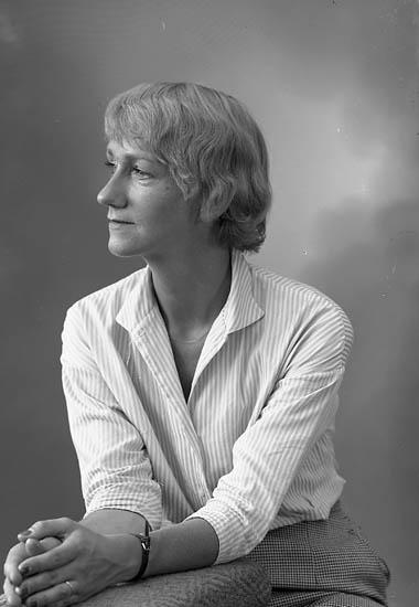 """Enligt fotografens journal nr 8 1951-1957: """"Christoffersson, Fru Stenungsund""""."""