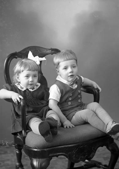 """Enligt fotografens journal nr 7 1944-1950: """"Karlsson, Herr Gunnar St. Höga""""."""
