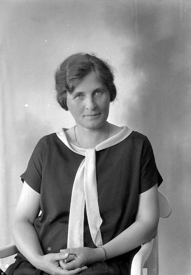 """Enligt fotografens journal nr 5 1923-1929: """"Särnström, Fru Anna Prästgården Bernshammar""""."""