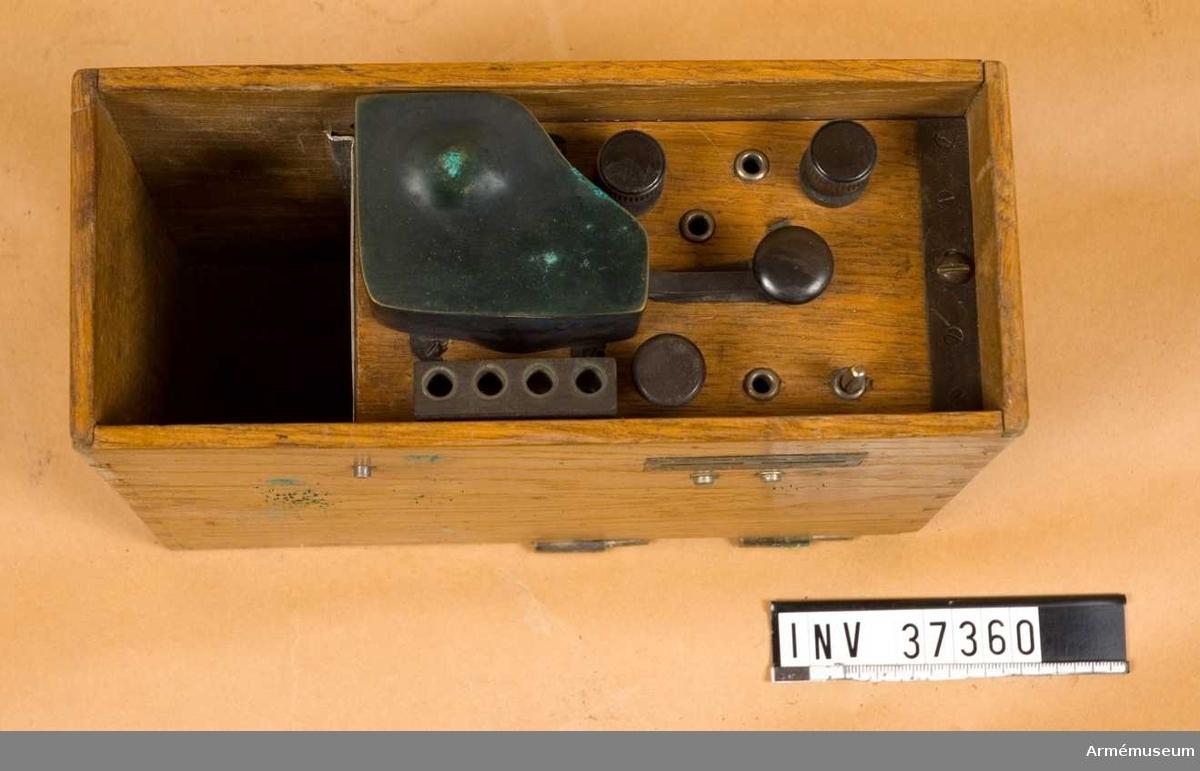 """Samhörande nr 37360-3, tillsats, tre väskor. Grupp H I. Apparat för såväl telegrafi som telefoni. Ej komplett. Summerapparat och nyckel under gemensam kåpa. Vevinduktor med sammanbyggt polariserat ringverk under """"telegrafplinten"""" där även anslutningskontakt för handmikrotelefon finns. Troligen avsedd för L M Ericssons ryska, hopskjutbara handmikrotelefon. Jfr AM 37050."""