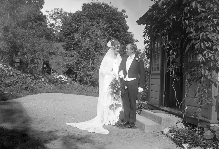 """Enligt fotografens journal nr 5 1923-1929: """"Fredrikssonska bröllopet Hålkekärr""""."""