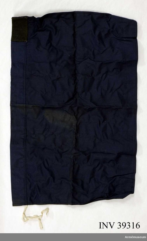Grupp H III.  För semaforering.Flaggan ligger i ficka. M.blå färg.  Samhörande nr AM.039316-AM.039317, flagga, käpp, AM.039318-AM.039319 lika, AM.090510-AM.090511.