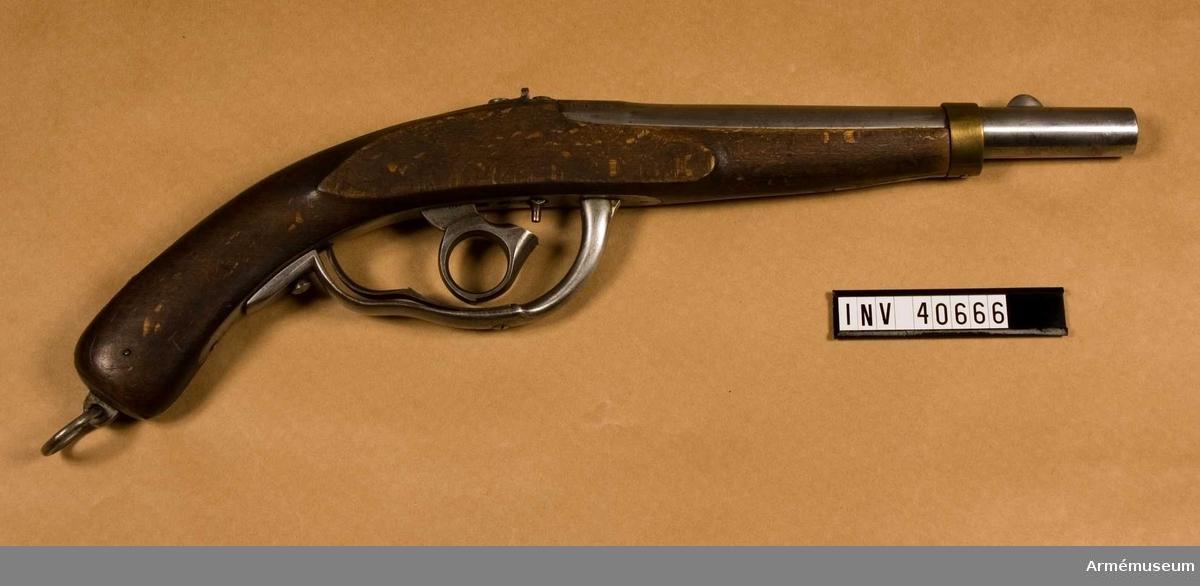 Grupp E III.  Pistolen har järnbeslag förutom näsbandet som är av mässing. Den har underliggande slaglås, där hanen har ringformat tumgrepp. På kammarstycket står dels en oläslig stämpel i form av monogram, M -1841, B- 1842-12, vilket kan betyda modell: 1841, tillv. 1842, tillverkningsnummer 12. Det senare numret förekommer på pistolens samtliga delar.