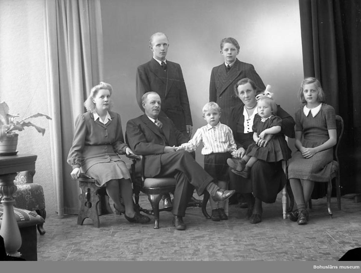 """Enligt fotografens journal nr 7 1944-1950: """"Henriksson, Herr Vilhelm Kläpp, Ödsmål""""."""