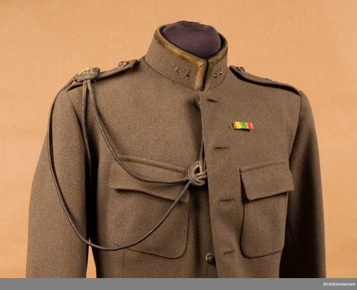 Grupp C I. Liten ägiljett m/1816 med Gustav V Adolfs namnchiffer. Ur uniform för överstelöjtnant vid Svea artilleriregemente. Består av vapenrock och liten ägiljett.