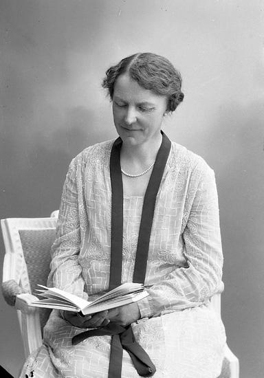 """Enligt fotografens journal nr 5 1923-1929: """"Andersson, Fr. Anny, Falköping""""."""