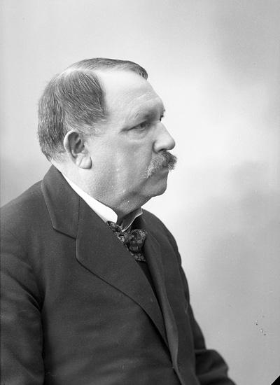 """Enligt fotografens journal nr 6 1930-1943: """"Övergaard, Adjunkt E. Turisthotellet Här""""."""