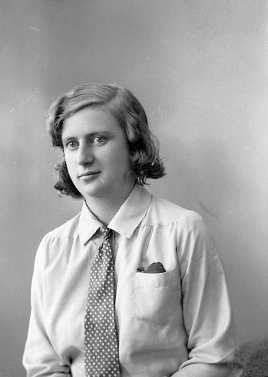 """Enligt fotografens journal nr 6 1930-1943: """"Eliasson, Astrid Gategård Här""""."""