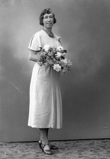 """Enligt fotografens journal nr 6 1930-1943: """"Ottosson, Fru Naemi Här""""."""