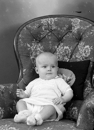 """Enligt fotografens journal nr 6 1930-1943: """"Rhedin, Ingegerd Stenungsund""""."""