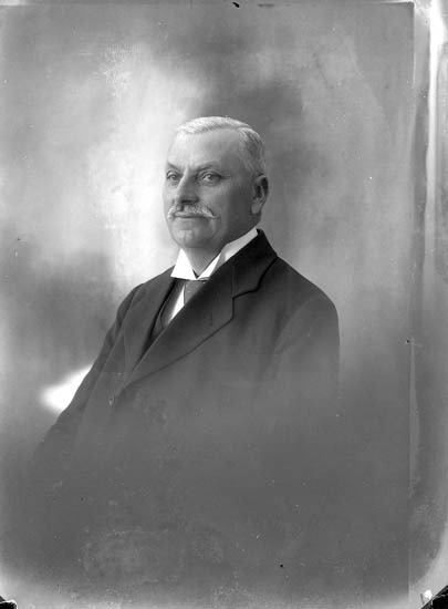 "Enligt fotografens journal nr 5 1923-1929: ""Johnsson, C. Apotekare Jörlanda""."