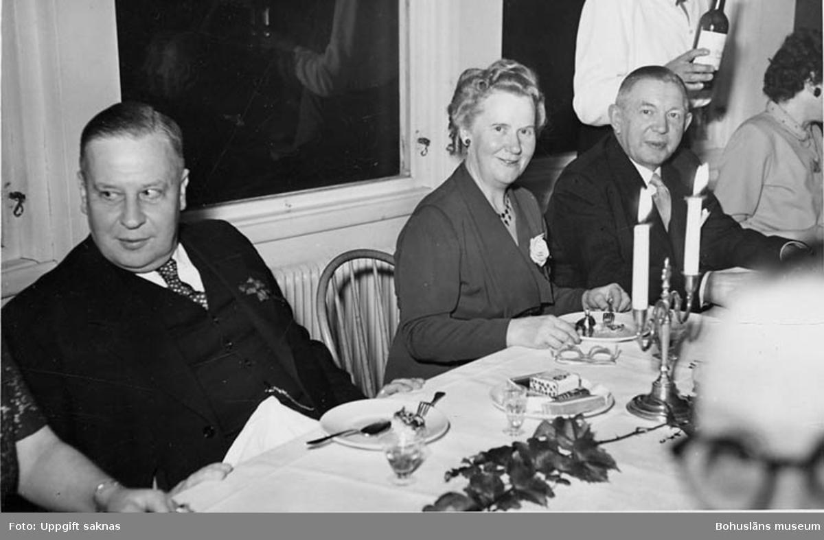 "Enl. text på kopians baksida: ""Uddevalla Cafe-AB personalfest. 7/10 1952 (25 års-fest)""."