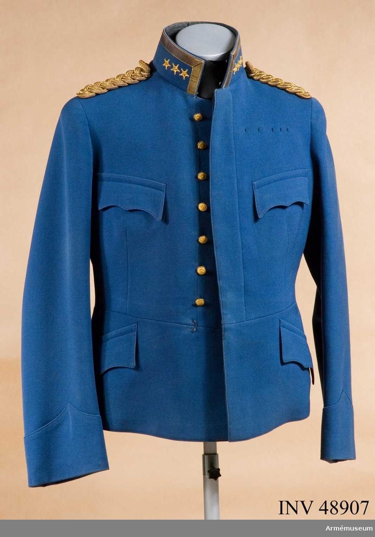 Grupp C I. Ur uniform för överste vid Fortifikationen, bestående av  kollett, ridbyxor, mössa, stövlar.