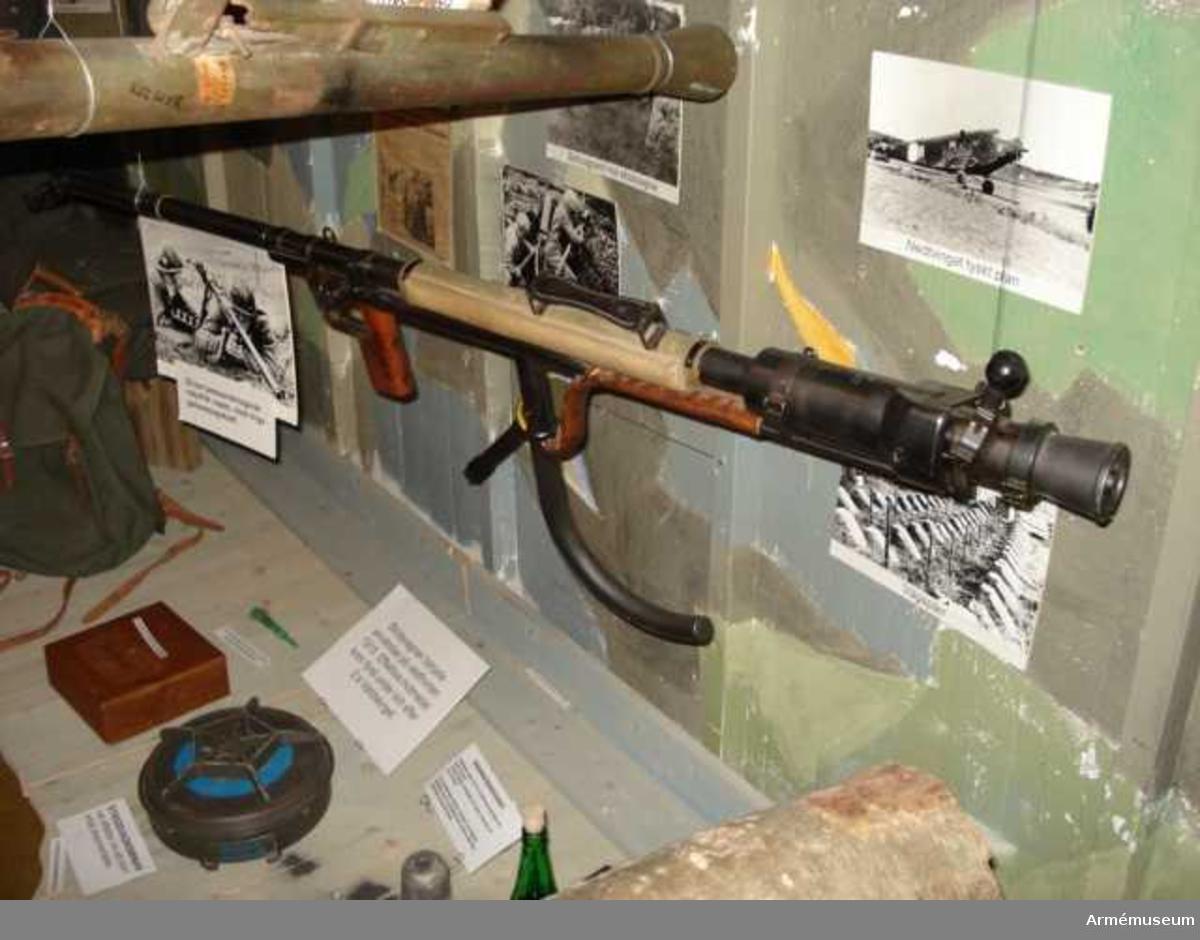 Grupp E X.  Rekylfritt vapen.  Största skottvidden  är 6 500 m. Samhörande med 20 mm pansarvärnsgevär m/1942 är packlåda,  mekanismfodral, mynningsfodral, gevärsrem, axelstöd, väska med  rengöringsverktyg och anteckningsbok.