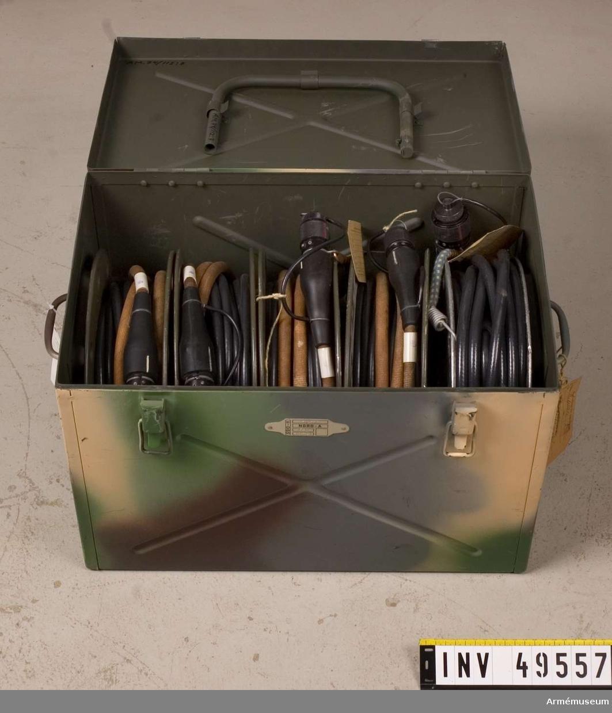 Grupp E X. Fem slags kabel i låda; kabelrulle, styrkabel mm.  Tillbehören är gemensamma för båda pansarvärnsrobotarna och  består av: generator, fältkontrollinstrument, styrdon,  fördelare, två telefoner, kabellåda, kikare och styrdonsstativ.