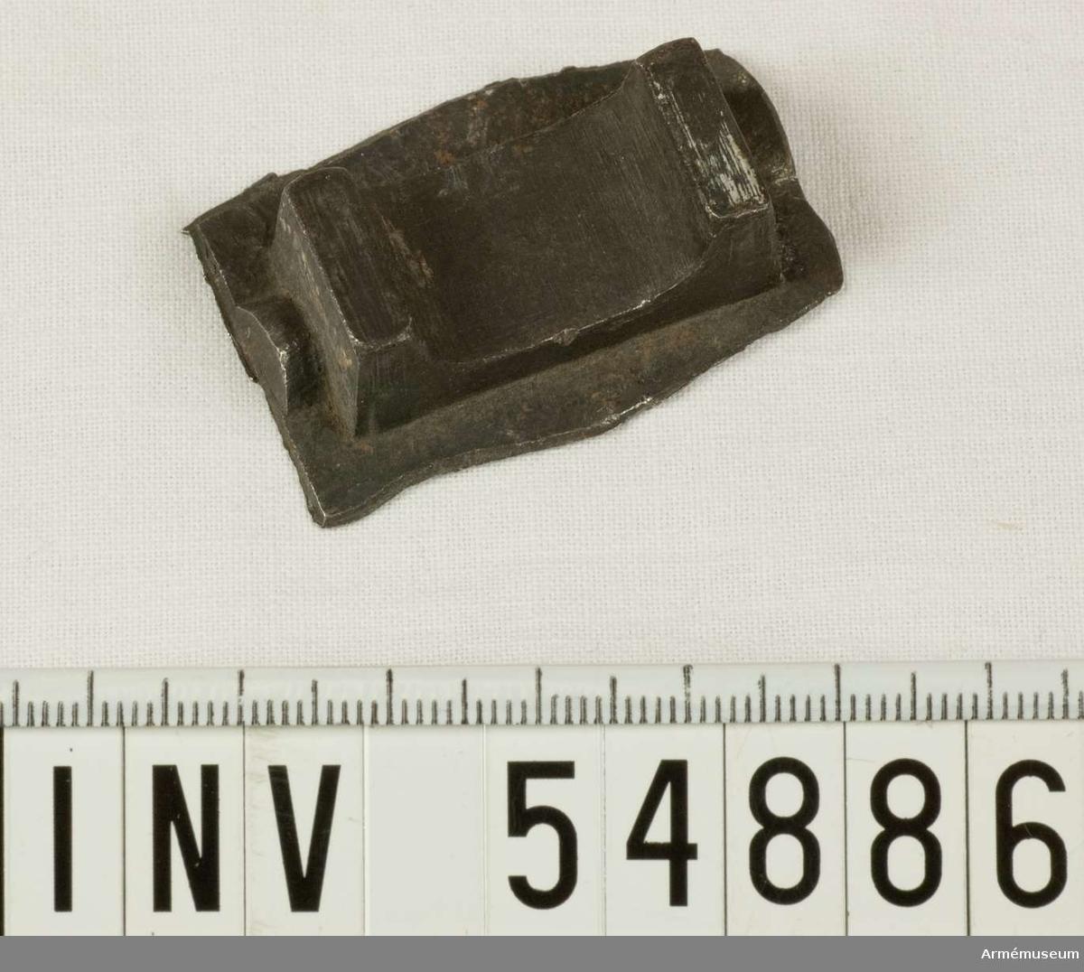 Grupp E VIII.   Del till pipa. Nr 1 (av 9. Ev. saknas en 10:e.) i tillverkningsordningen. Gevärsdel t 1867 års gevär m/1867; en av c:a 400 delar.