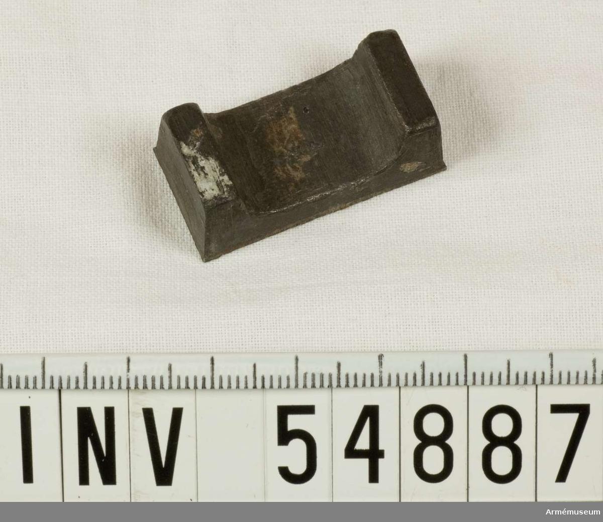 Grupp E VIII.   Del till pipa. Nr 2 (av 9. Ev. saknas en 10:e.) i tillverkningsordningen. Gevärsdel t 1867 års gevär m/1867; en av c:a 400 delar.