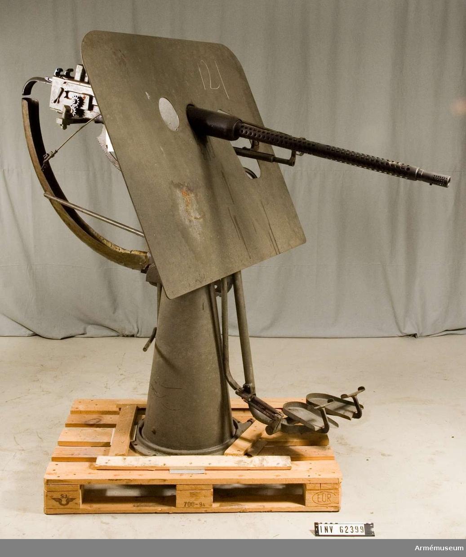 Grupp F I. System Bofors. Nr 329. Största skottvidden är 5 000 m. Mekaniska eldhastigheten är 6 skott per sekund.