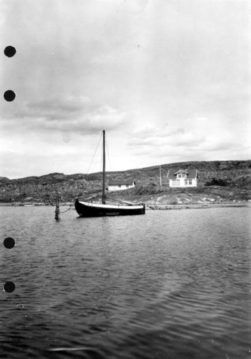 Skrivet på baksidan: Påbyggd drabåt med skansklänning. Hamnsundet, Koster