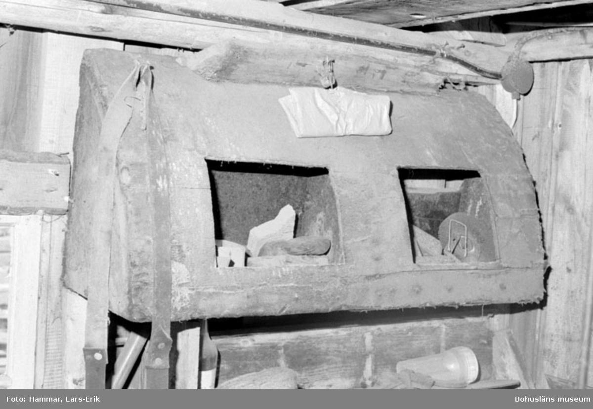 """Motivbeskrivning: """"F.d varv i Skredsvik, äldre skåp (upp och nervänt) som tidigare suttit i fartygsskans ovanför kojerna (för förvaring av sjömans ägodelar)."""" Datum: 19800717"""