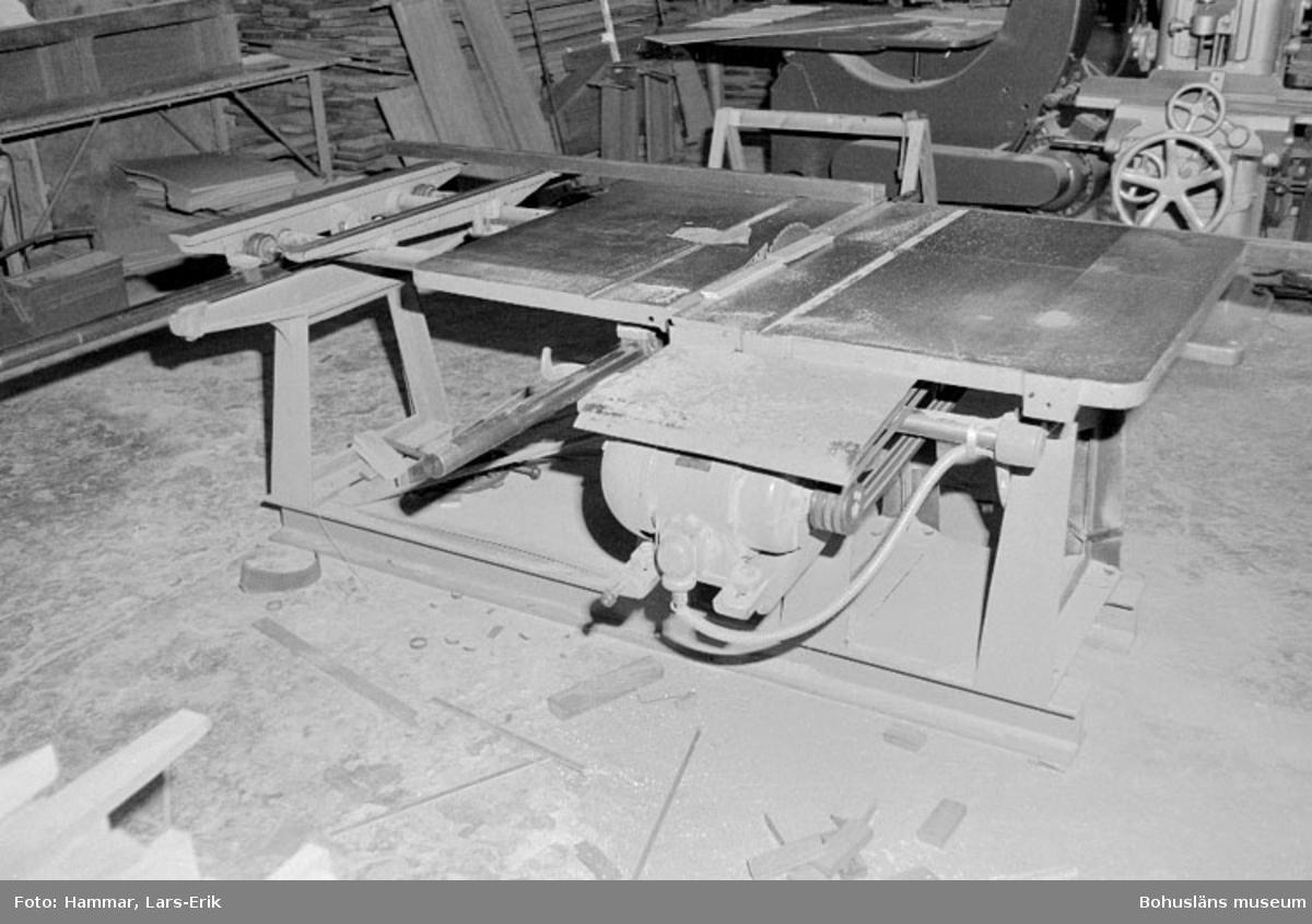 """Motivbeskrivning: """"Widholms industri AB, cirkelsåg."""" Datum: 19800911"""